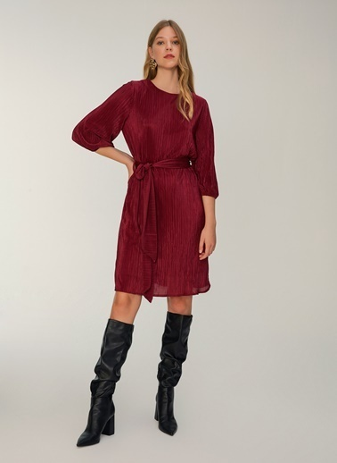 NGSTYLE Piliseli Kuşaklı Elbise Bordo
